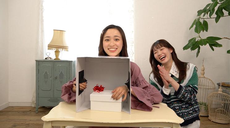 「【誕生日ドッキリ】鈴木美羽に箱の中身当てで誕プレ渡したら超ビビリ→感動の嵐✨【初コラボは中村里帆ちゃん!】」より