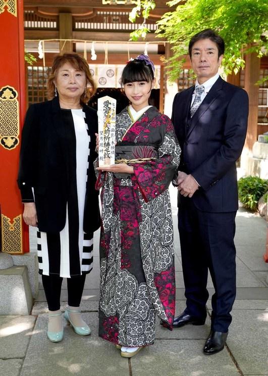 愛宕神社でのヒット祈願より(右から樋口義高、望月琉叶、幸田りえ)