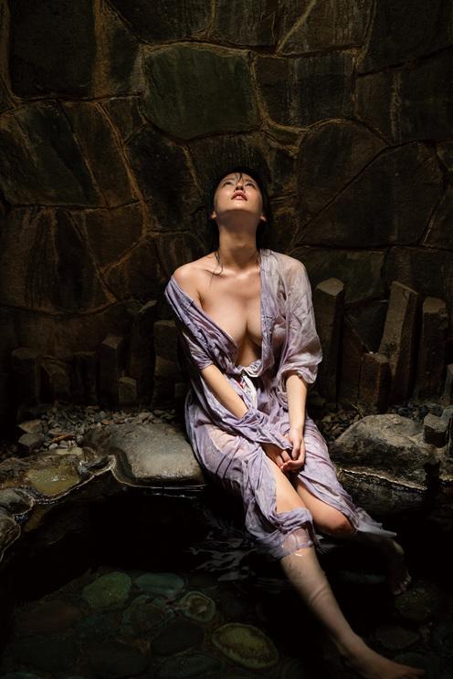奈月セナ写真集『たまゆら』(©LUCKMAN/講談社)