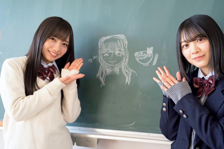 撮影の合間に齊藤京子(左)の似顔絵とラーメンの絵を描いた森田ひかる((C)光文社『ボーダレス 公式メモリアルブック』)