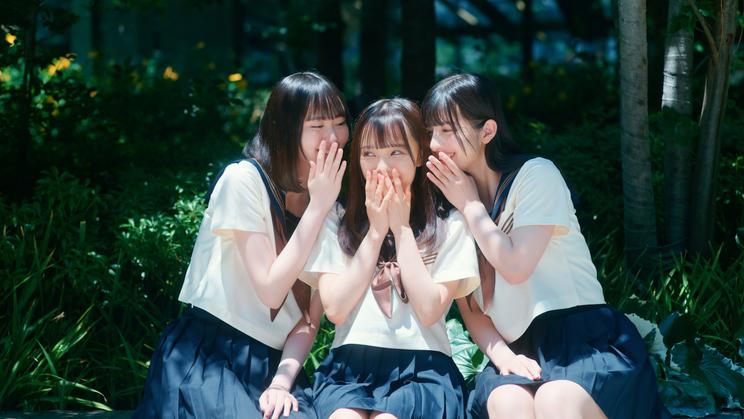 「君はこの夏、恋をする」MVより(©YOANI/KING RECORDS)
