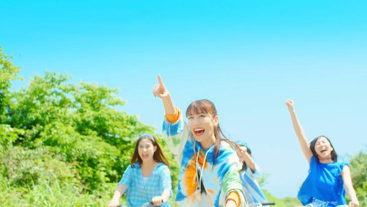 「SKY HIGH」MVより