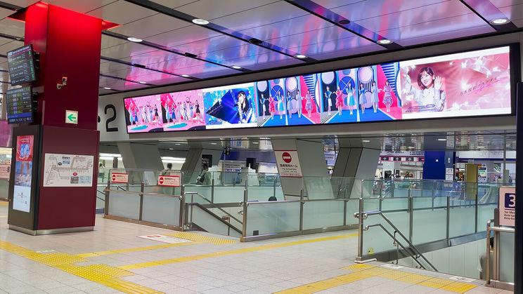 京王電鉄 新宿 K-DG キングウォールより(©乃木坂46LLC/Y&N Brothers Inc.©gumi)