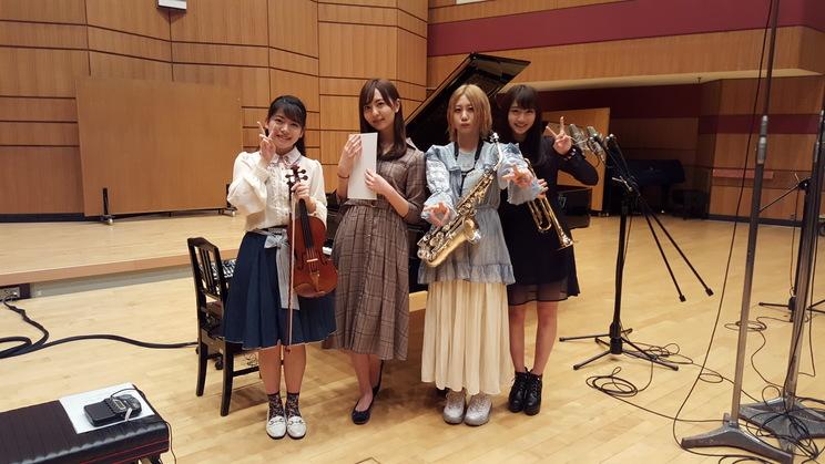 左から、AKB48の高岡薫(バイオリン)、HKT48の森保まどか(ピアノ)、SKE48の古畑奈和(サックス)、NMB48の山本彩加(トランペット)『クラシック大好きアイドル全員集合!』より