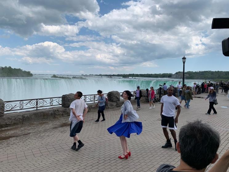 三吉彩花・主演映画『ダンスウィズミー』スペシャル映像「ワケあって踊らされました~海外編~」ナイアガラの滝より