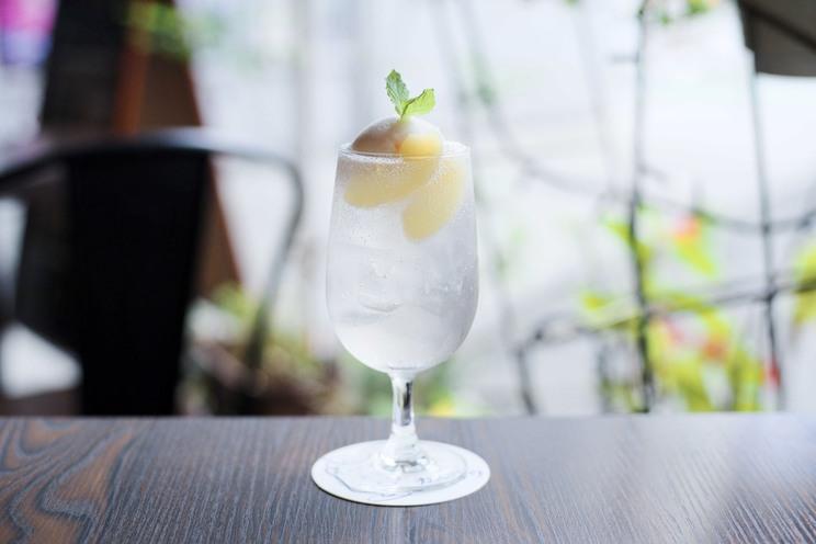 白色:夏の花と白桃のクリームソーダ(都塚寧々イメージ)