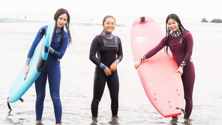 写真左から古賀成美、サーフィン日本代表・脇田紗良選手、白間美瑠『NMB48白間美瑠の金メダル獲ったんで!』より