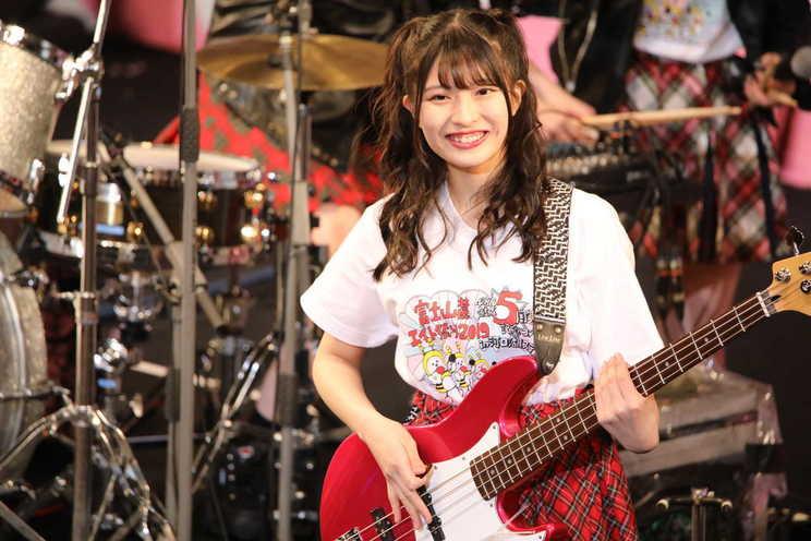 ベースを演奏する行天優莉奈(AKB48チーム8)