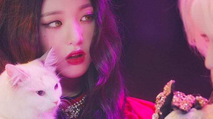 IZ*ONE「Vampire」MVより