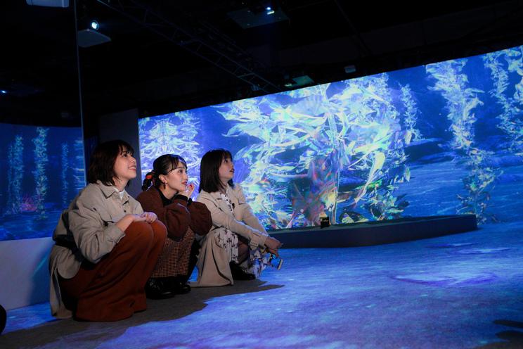 玉井詩織(ももいろクローバーZ)、百田夏菜子(ももいろクローバーZ)、弘中綾香(テレビ朝日アナウンサー)|『Musée du ももクロ ―「OCEAN BY NAKED~光の深海展~」SP―』