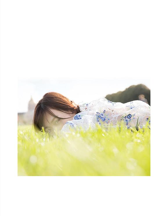 山下美月1st写真集『忘れられない人』通常版裏表紙(撮影/須江隆治)