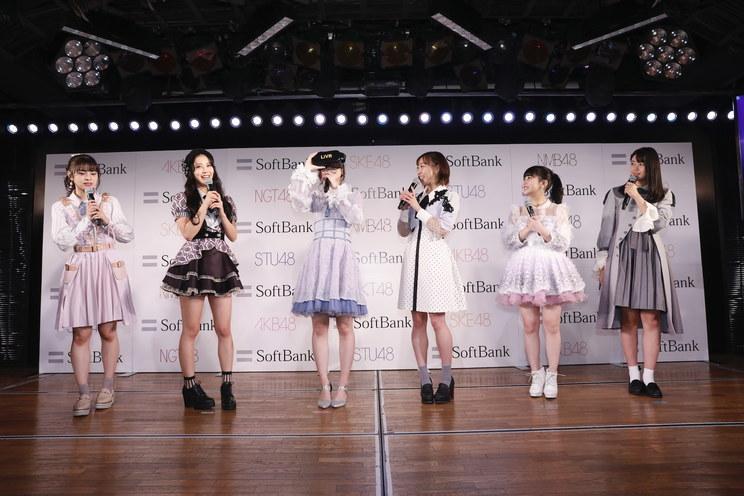 左からNGT48本間日陽、NMB48白間美瑠、AKB48柏木由紀、SKE48須田亜香里、HKT48田中美久、STU48瀧野由美子 ©︎AKS