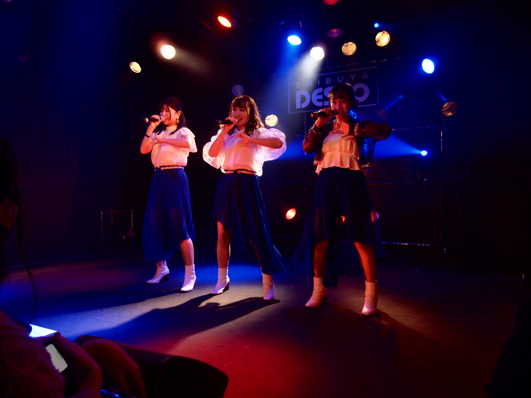 左からメンバーの成田彩、宮凪華巳、リーダーの高橋りな