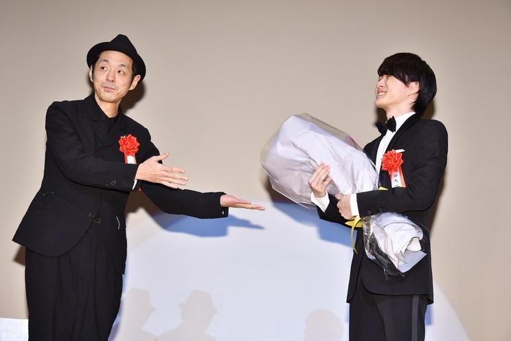 お祝いにかけつけた宮藤官九郎が、 神木隆之介に花束を贈呈(C)東京ニュース通信社