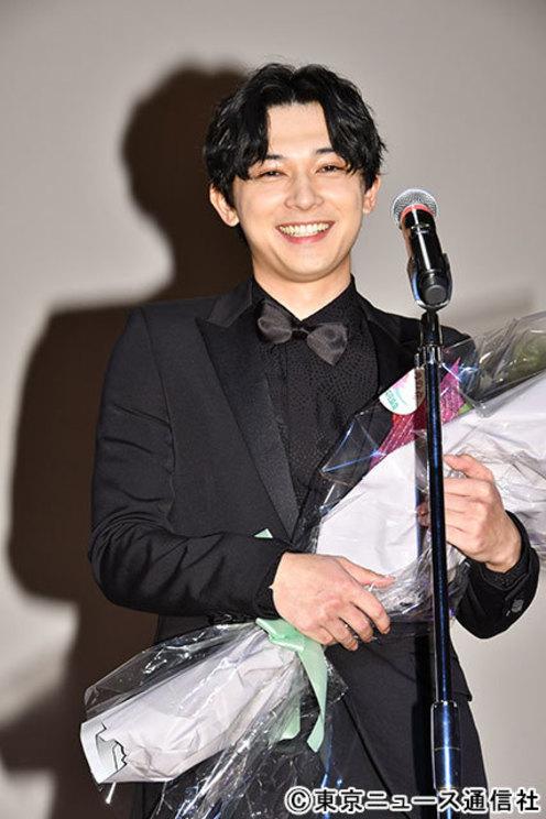 広瀬すずからのビデオメッセージに、 笑みがこぼれる吉沢亮(C)東京ニュース通信社