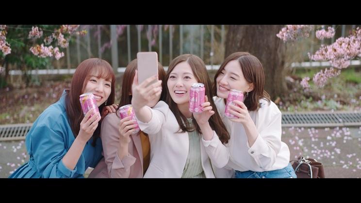 『アサヒスーパードライ』の新TVCM「桜の下で、エール篇」より