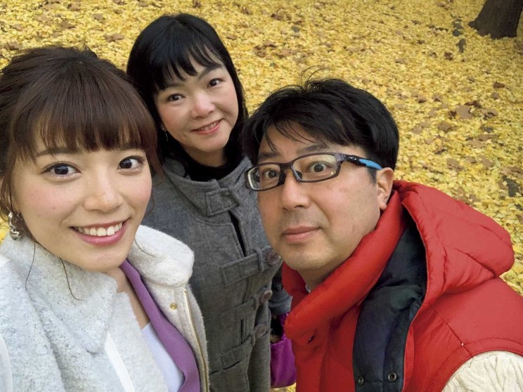 両親と一緒に。写真提供◉三谷紬アナ、テレビ朝日(テレビ朝日公式YouTube「動画、はじめてみました」より)