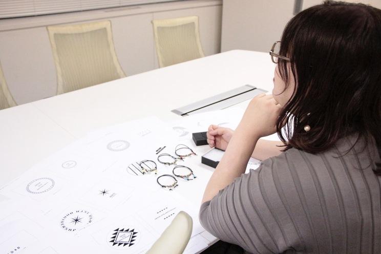 茅野しのぶ オサレカンパニープロデュース『VIVIFY × AKB48』「AKB48 15th anniversary チャーム付きブレスレット」