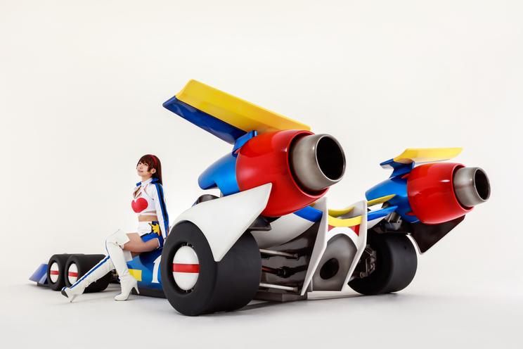 レースクイーンコスチュームを着用したえなこ(©RFC RACING TEAM ©サンライズ © PP Enterprise Co.,Ltd.)