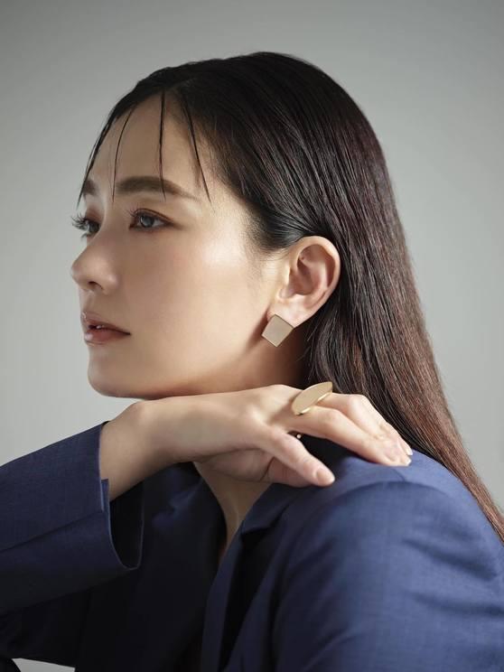 中村ゆり(書籍の先行公開カット 撮影/嶌原佑矢)  