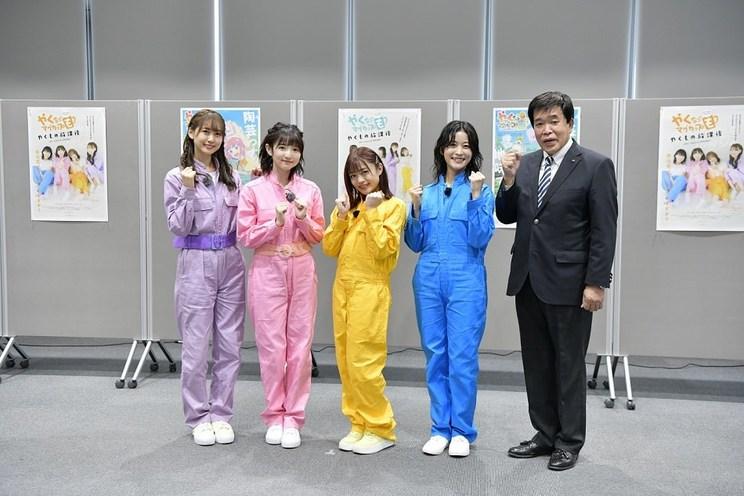 左から、芹澤優、田中美海、若井友希、本泉莉奈、古川雅典市長