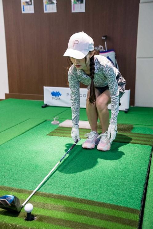 クラブを床に置いて、距離感を確認する音嶋莉沙。