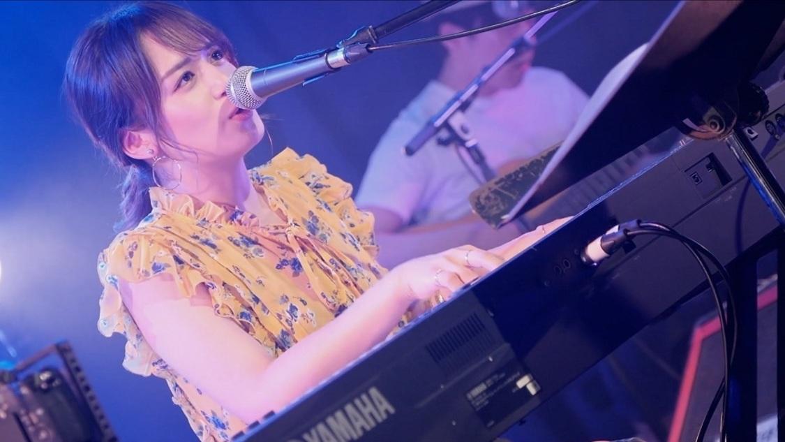 山出愛子、オンラインワンマンライブで披露した新曲「はなまる」ライブ映像公開!