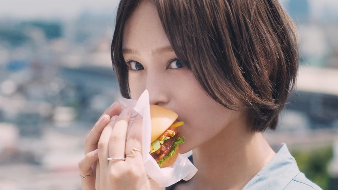 山本彩、ハンバーガーを頬張る! モスバーガー新CM出演決定「新商品を楽しみながら私の新曲も聴いていただけたら」