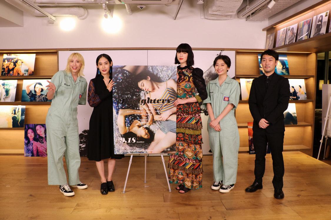 三吉彩花・阿部純子W主演映画『Daughters』、chelmicoを交えてインスタ術を告白!初日オンライン舞台挨拶