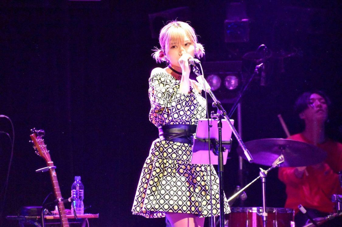 大阪☆春夏秋冬 MAINA[ライブレポート]生誕ライブはソロ曲のオンパレード! 弾き語りやバンドセットでお届け