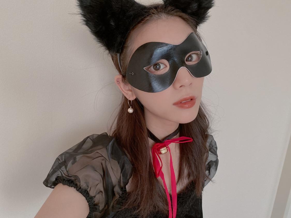 貴島明日香、金髪の女神や黒猫に変身!? 公式YouTubeチャンネルにてハロウィンコスプレ披露