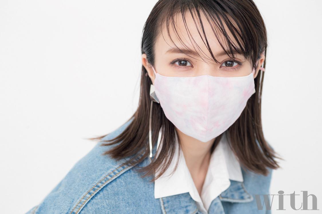 櫻坂46 小林由依、マスク姿でさまざまな表情を魅せる! 『with』登場