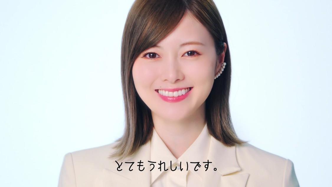 """白石麻衣、スーツ姿で""""デジタルによる変化""""を語る! HENNGE株式会社新WEB動画出演"""