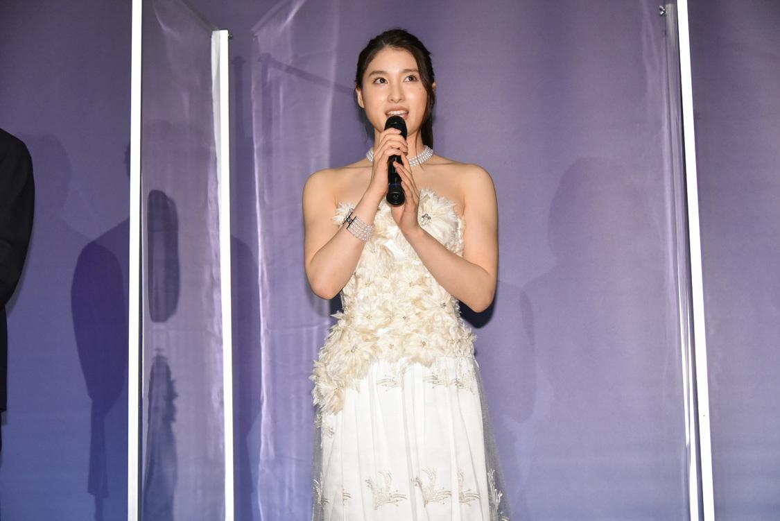 土屋太鳳[イベントレポート]ウェディングドレス姿を披露!サプライズも…『哀愁しんでれら』初日舞台挨拶