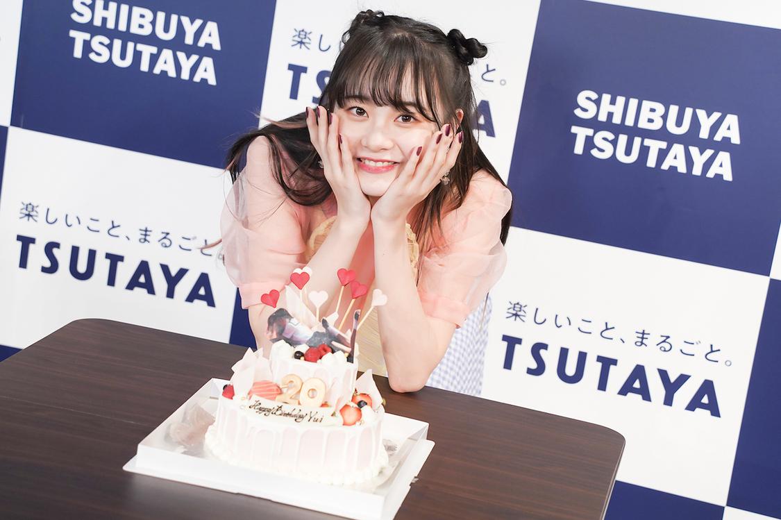 AKB48 横山結衣、1st写真集が発売前重版決定! イベント中のサプライズ発表に「驚きと嬉しさが交差しています!」