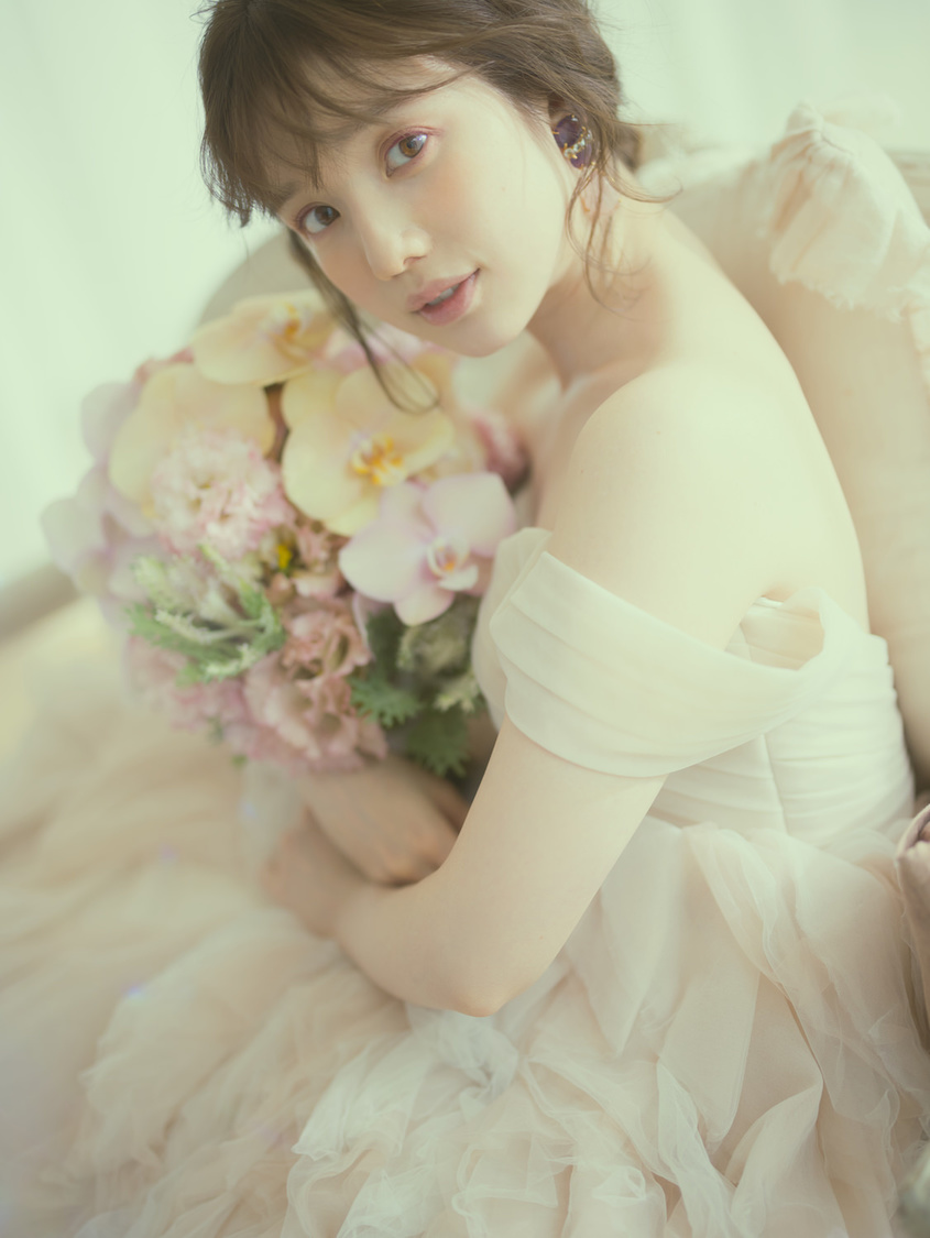 弘中綾香、結婚相手の条件は「寛容な人」 ゼクシィにて初のウエディングドレス姿を披露!