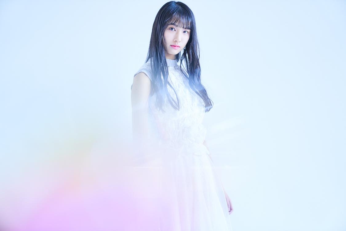 虹コン 清水理子、最新ヴィジュアル&ソロデビューSGジャケット解禁+「あなたへ」スタジオライブMV公開!