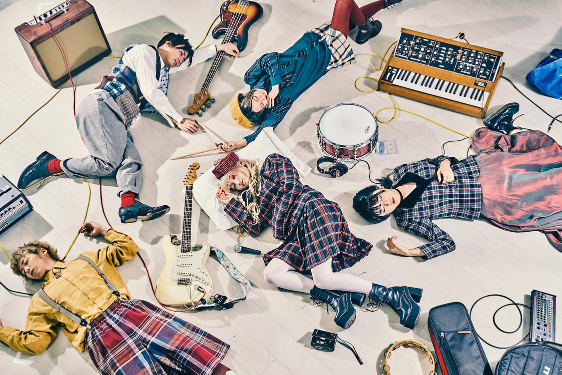 meme tokyo.MEWがVo&Gを務めるロックバンド・ヒルネ逃避行、ライブ映像「わたしじゃない」公開!