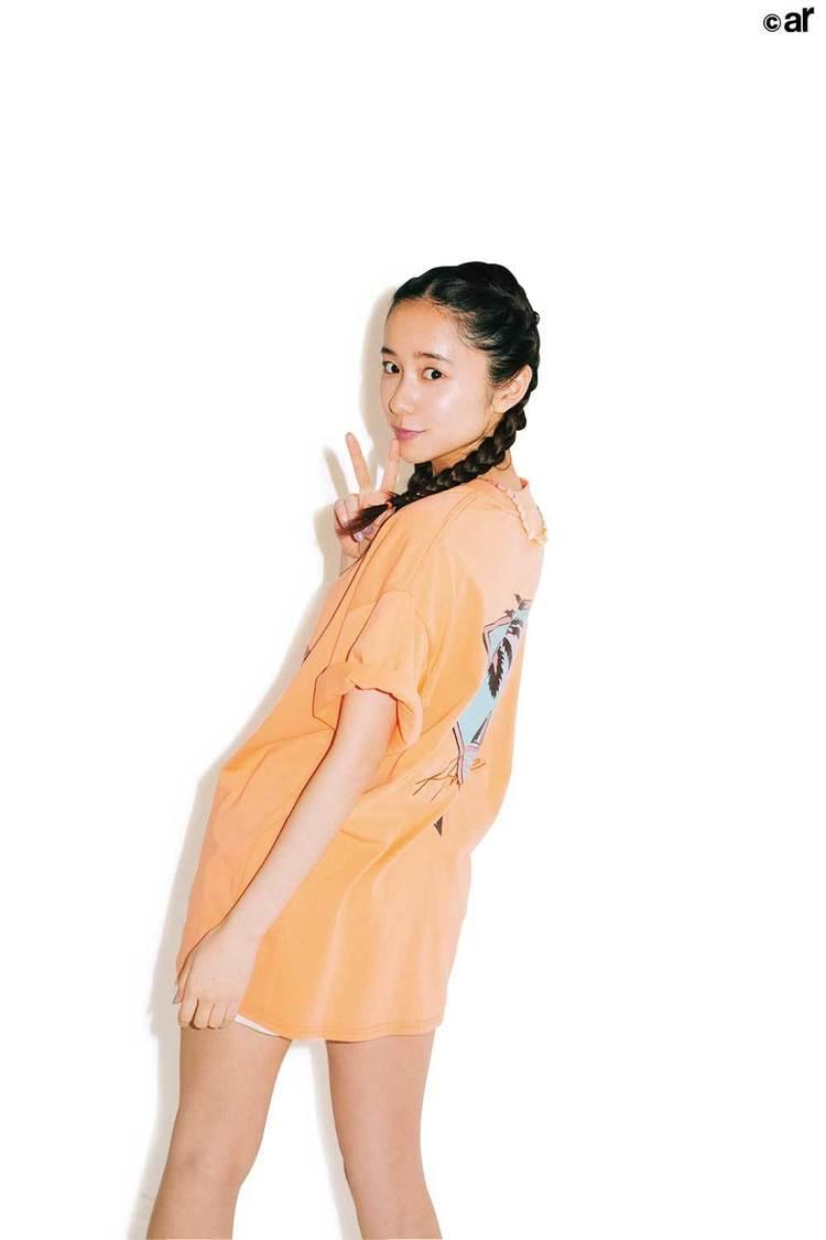 堀田真由、抜群のスタイルでTシャツコーデを披露! 『ar』登場