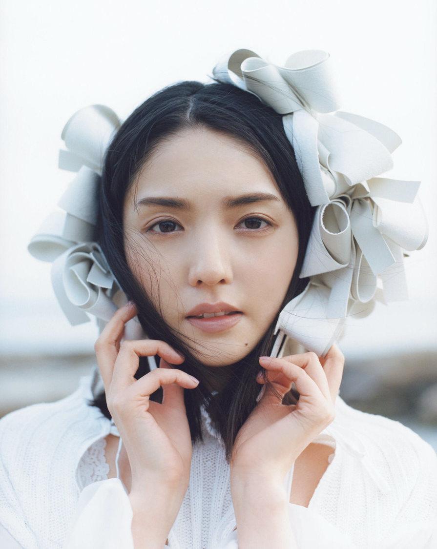 道重さゆみ、天使を連想させる純白のスタイリングで魅せる! 『bis』登場