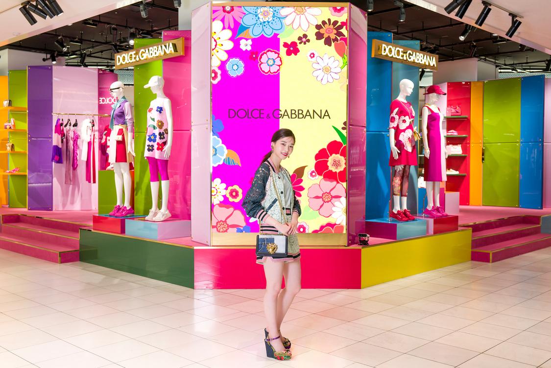 西野七瀬、カラフルな最新コレクションを楽しむ! 『ドルチェ&ガッバーナ』ポップアップストア来場