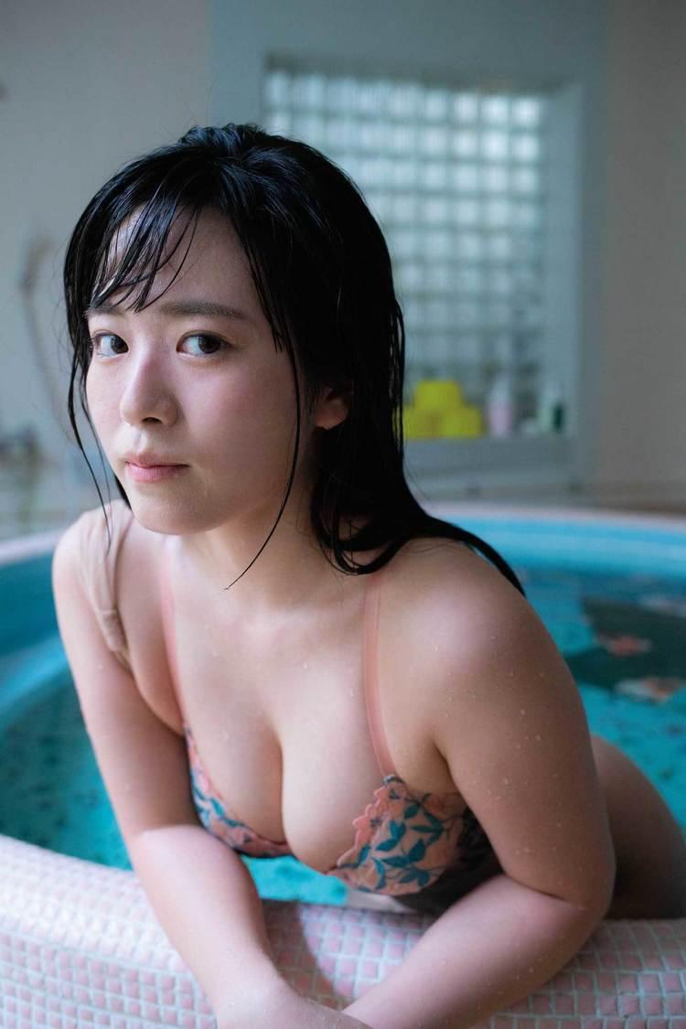 東雲うみ、Gカップ&美尻の二刀流で魅せつける! 『ヤングドラゴンエイジ』巻中グラビア登場