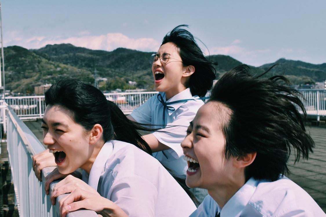伊藤万理華主演映画『サマーフィルムにのって』、伊藤万理華が撮ったチェキなど100枚以上を展示する写真展スタート!