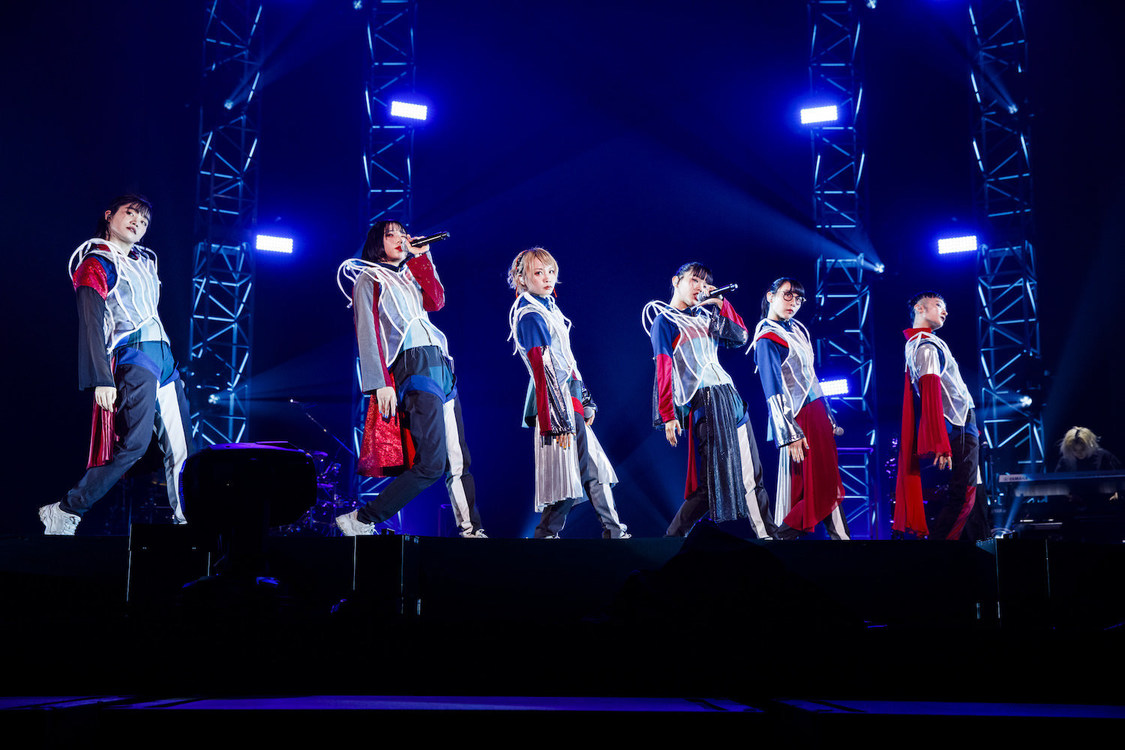 BiSH、多彩なパフォーマンスと熱い想いを届けた大阪城ホール公演2デイズ「あなたたちと私たちはいつも同じ空の下で生きています」