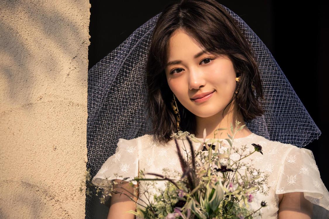 乃木坂46 山下美月、初のウエディングドレス姿を披露! 「いつか自分も素敵な花嫁さんになりたい」『ゼクシィ』表紙登場+特別ムービー公開