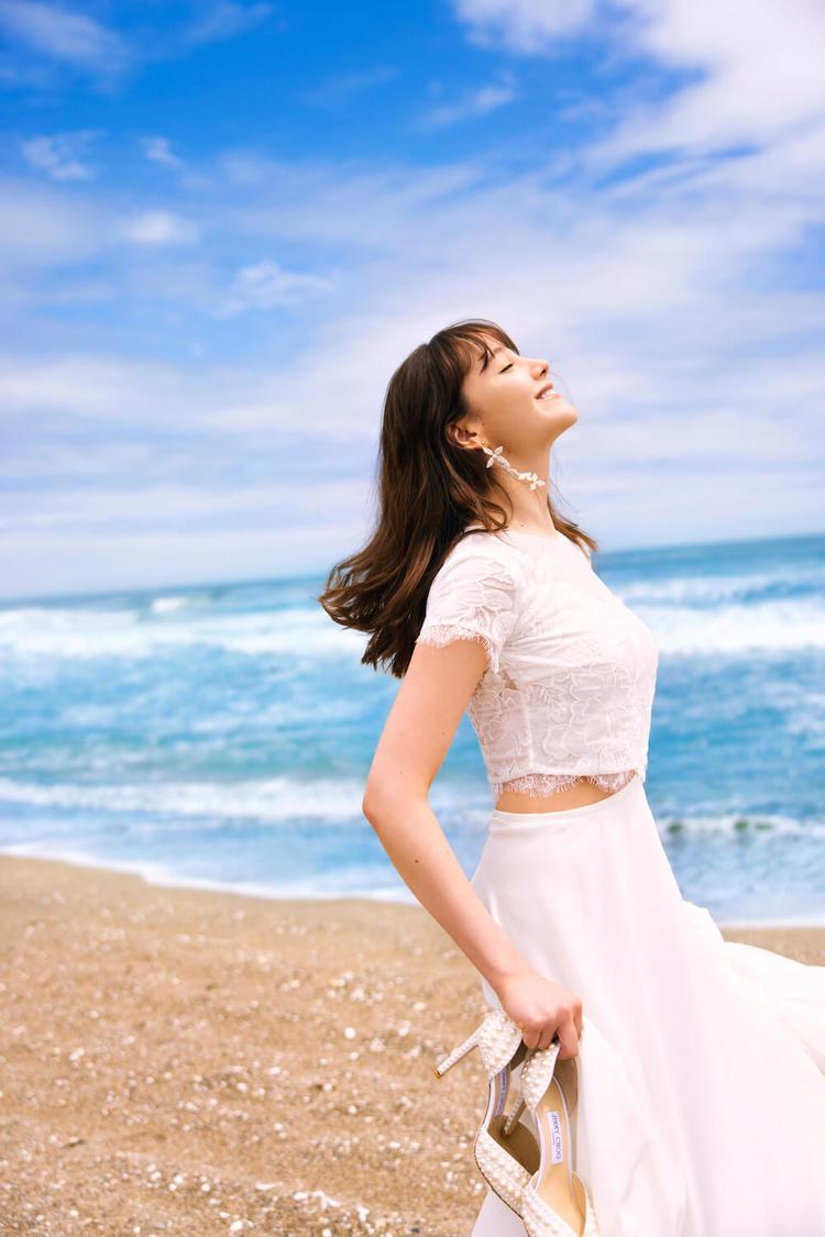 トリンドル玲奈、20代最後のウエディングドレス姿を披露! 「32歳ぐらいで結婚したい」『ゼクシィ』表紙登場
