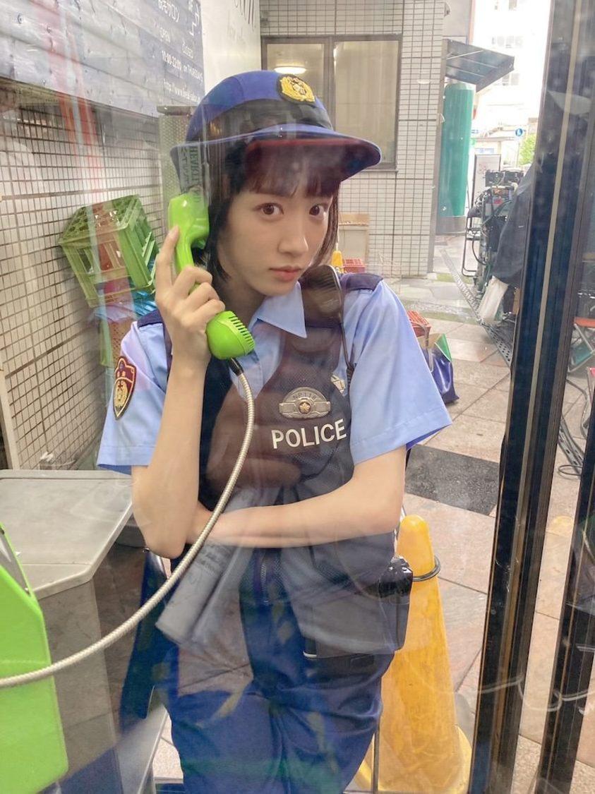 永野芽郁、電話ボックスの中でキメ顔!? ドラマ『ハコヅメ』ブログより