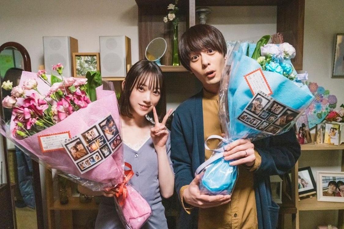 堀未央奈、花束を抱えたクランクアップショット公開! 主演ドラマ『サレタガワのブルー』ブログより