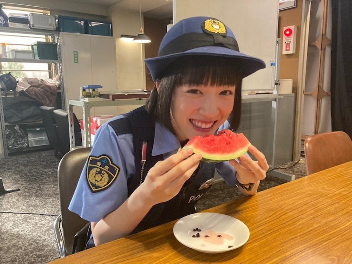 永野芽郁、可愛いらしくスイカを頬張る! ドラマ『ハコヅメ』ブログより