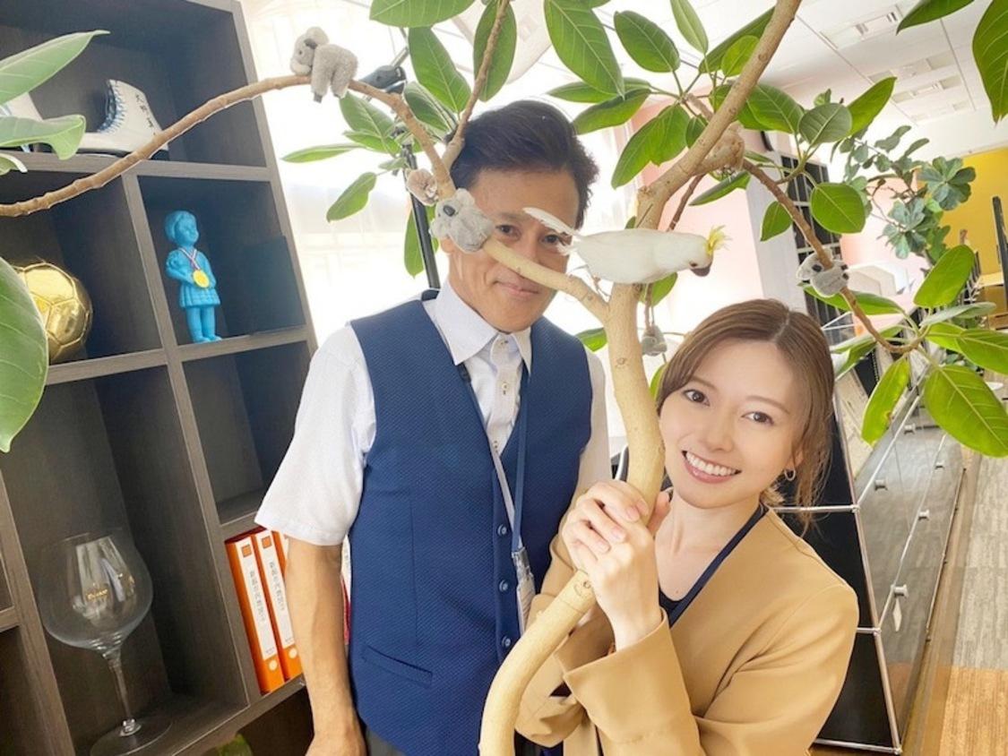 白石麻衣、観葉植物からひょっこり! 橋本じゅんとのキュートな2ショットを公開。ドラマ『漂着者』ブログより
